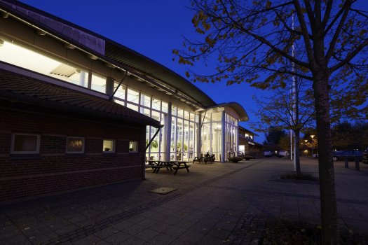 Aften billede af Ikast Svømmecenter for venstre side af hovedindgangen